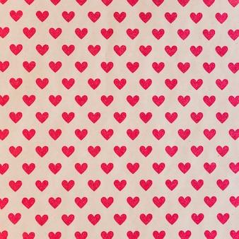 Бесшовный фон с красными сердцами