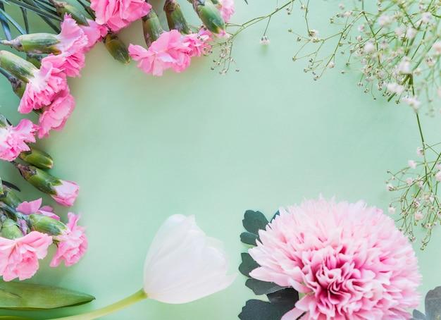 テーブルの上の別の花枝