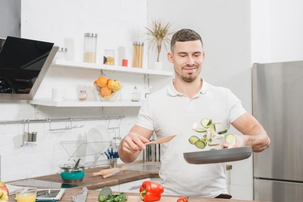 家で料理する男
