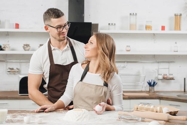 ケーキを一緒に調理するカップル