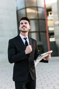 オフィスビルの前にビジネスマン