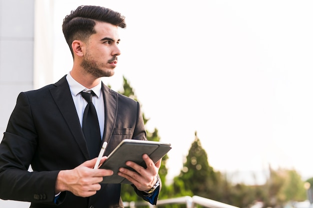 彼のタブレットを使用してビジネスマン