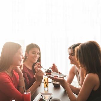 レストランで夕食を食べた友達