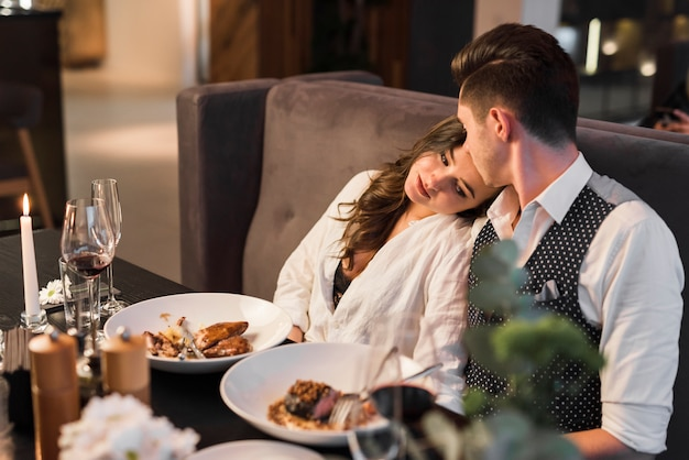 Пара обедает в ресторане