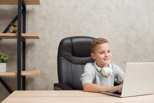 オフィス、ノートパソコン、男の子