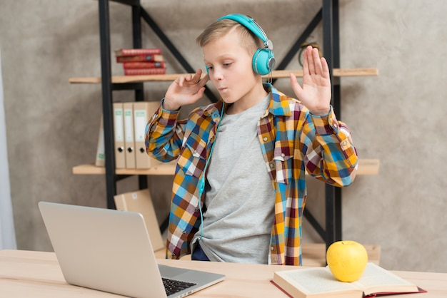 ラップトップで音楽を聴いている男の子