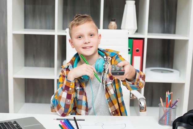 リモコン付きの机の男の子