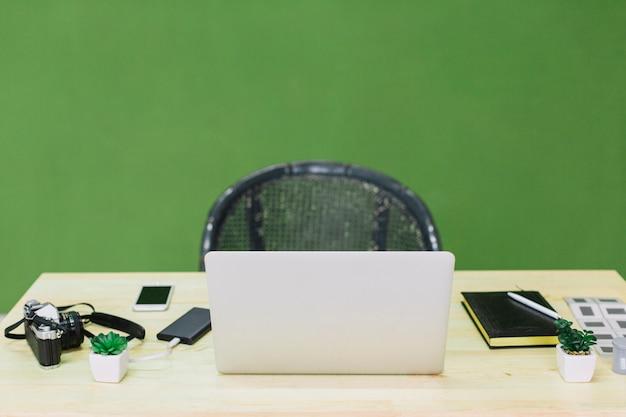 テーブルにノートパソコン