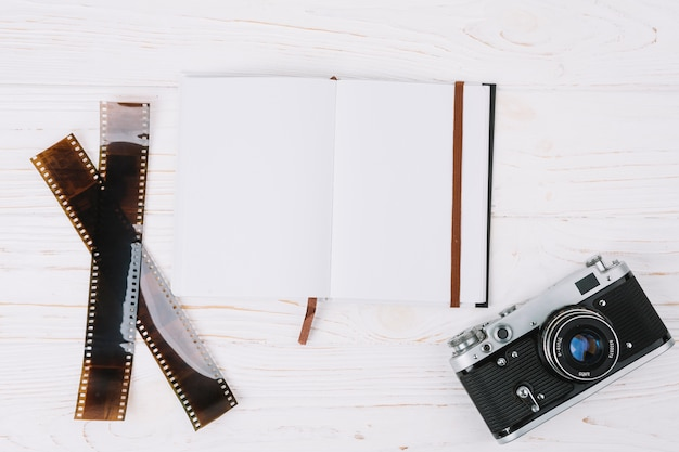 ノートブックとネガティブのトップビューカメラ