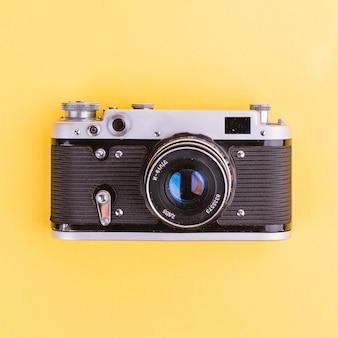 黄色の背景にカメラ