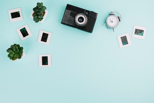 Камера вид сверху с негативами, часами и растениями