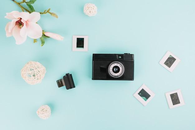 ネガ、時計、植物のあるトップビューカメラ