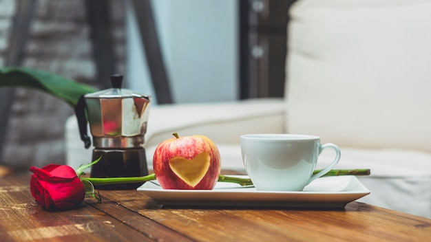 アップルとテーブルの上のハート形をカット