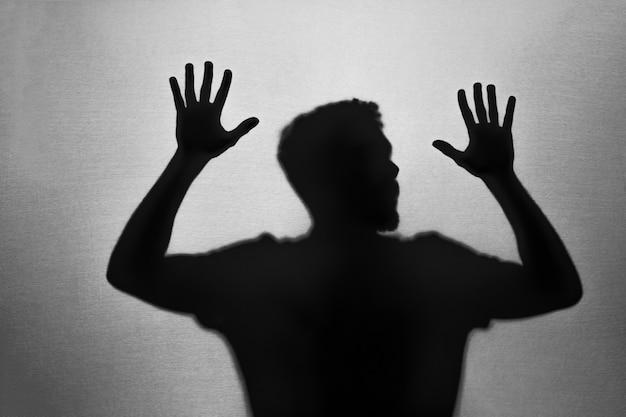 閉じ込められた男性の影