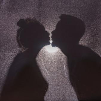カップルのキスのシルエット