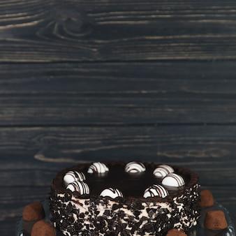 木製黒板の前にチョコレートケーキ