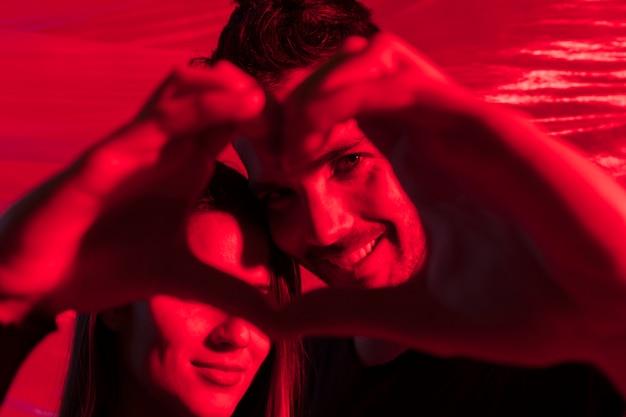 手から心臓の形を作るカップル