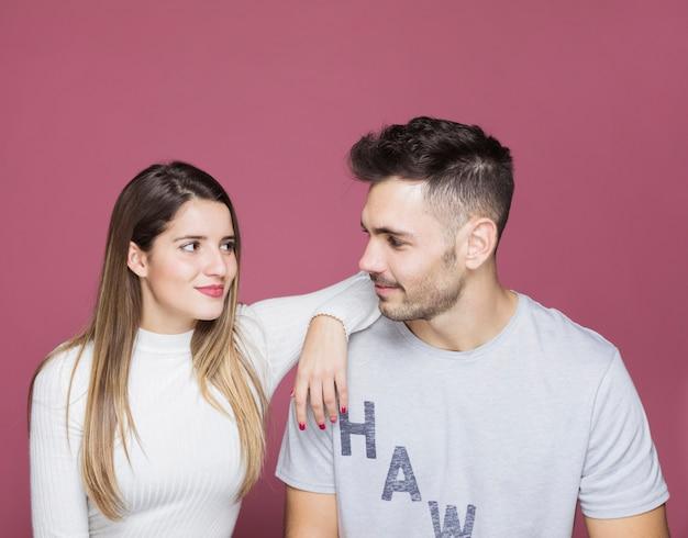 男性の肩に手を持つ若い女性