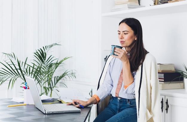 Современная женщина, используя ноутбук