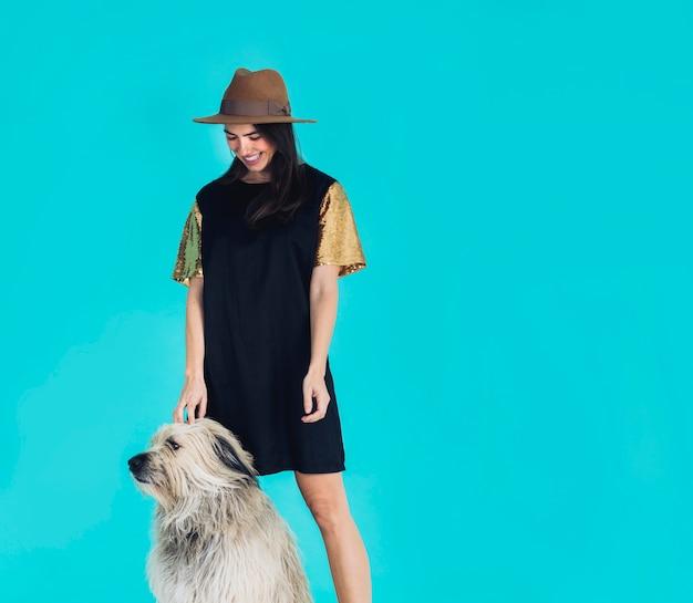 Современная женщина позирует с собакой