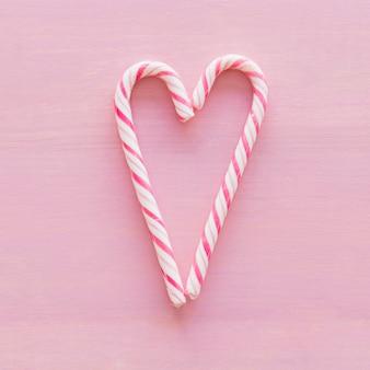 心の形に置かれたおいしいキャンディー・キャン