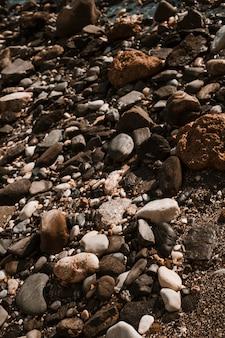 ビーチでさまざまな岩