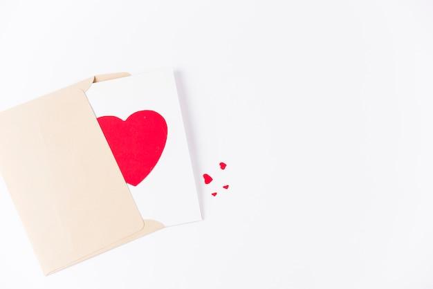 封筒にハートのグリーティングカード