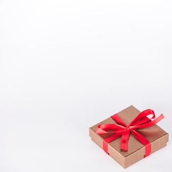 テーブルの上の赤いリボンとギフトボックス