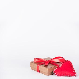 テーブルの上のおもちゃの心と小さなギフトボックス