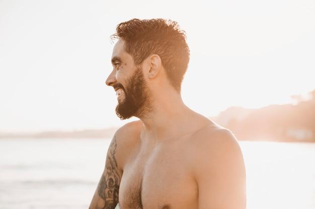 海岸に立っている幸せな男