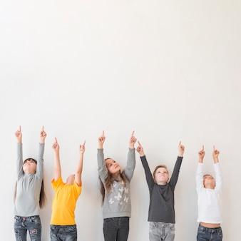 手を上げた子供たち