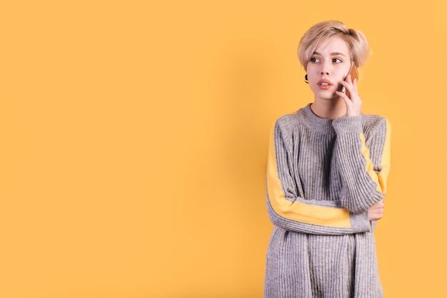 電話をかける女性とフリーランスのコンセプト