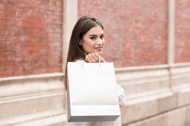 ショッピングガールバッグを運ぶ