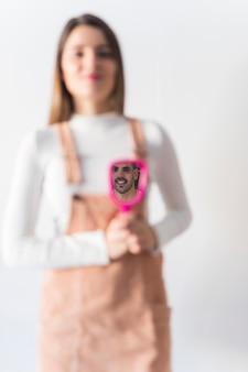 Мужчина смотрит на себя в зеркало в женских руках