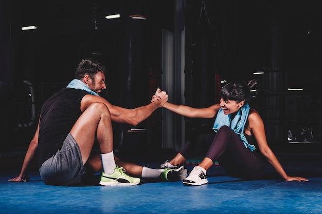 Тренировка пар в спортзале