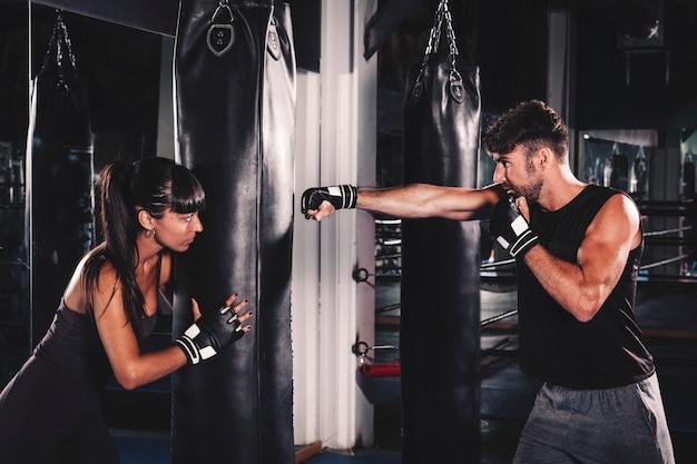 カップルのジムでボクシング
