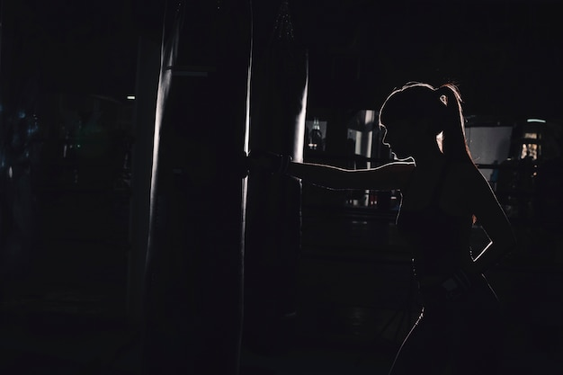 ボクシングの女性のシルエット
