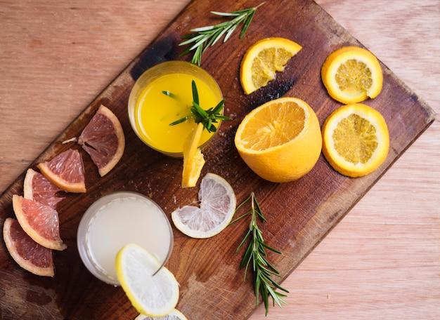 フルーツボード上のさわやかな飲み物