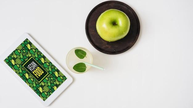 りんごとタブレットでさわやかなドリンク