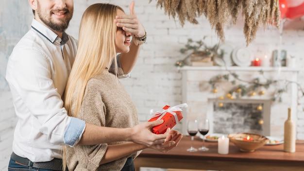 驚きを作る女性にプレゼントを与える男