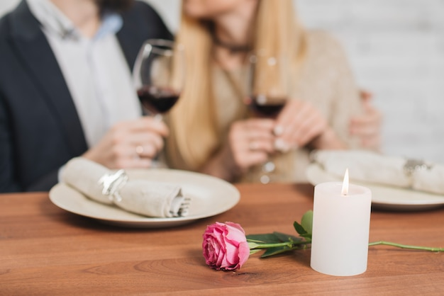 ロマンチックなエレガントな夕食を持っているカップル