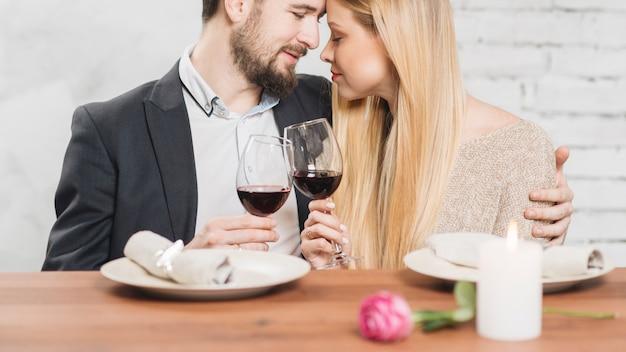 愛情のあるカップルが夕食にお互いを楽しんで