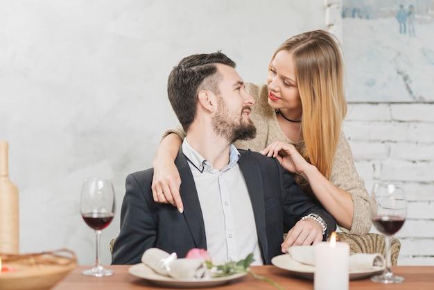 ロマンチックな夕食にモダンなカップル