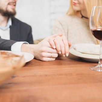 手を繋いでいる官能的なカップル