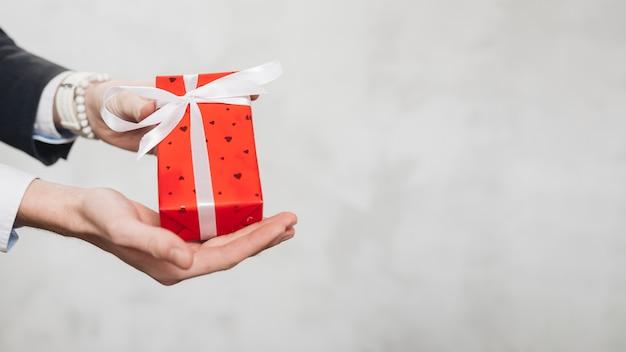 Урожай человек дает подарочную коробку