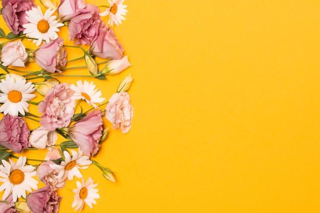 緑の葉と新鮮なバラと白の花の束