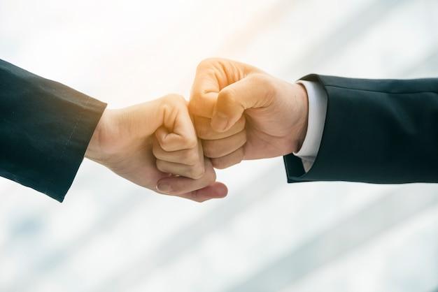 Крупным планом двух рук в воздухе натыкаясь на размытый фон