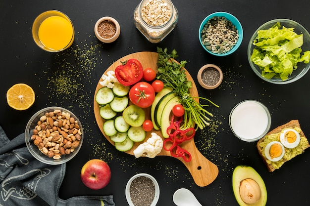 食材のトップビュー。ドライフルーツと野菜の黒の背景