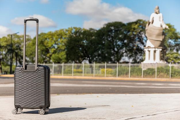 公園で黒いプラスチック製のスーツケース