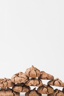 白い背景に分離された自家製のダークチョコレートクッキーの積み上げ